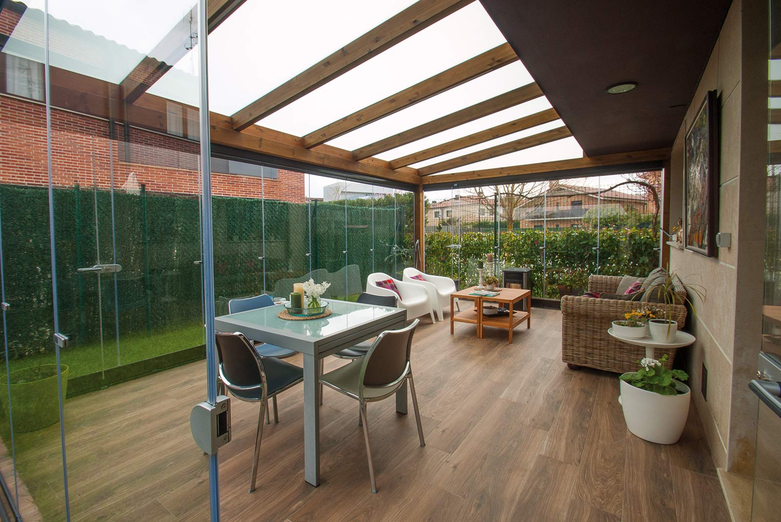 Porche de madera con cerramiento de cristal proyectos for Cerramientos de jardines fotos