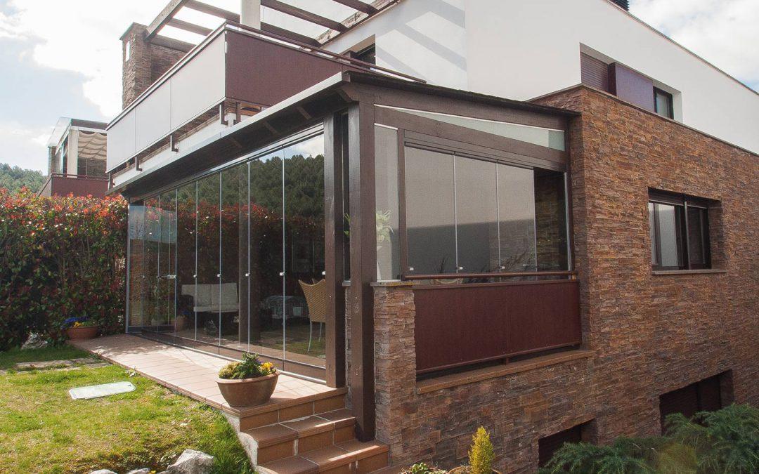 Porche de madera y aluminio con cortinas de cristal Lumon