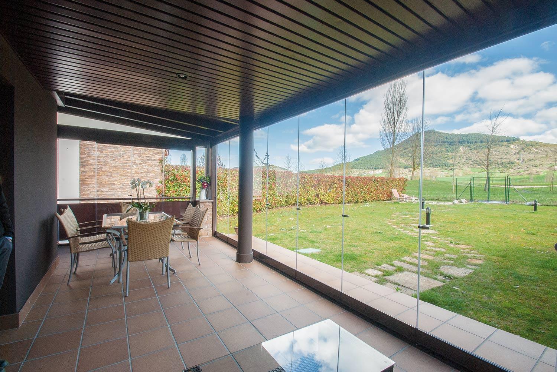 Porche de madera y aluminio con cortinas de cristal lumon - Porches de aluminio y cristal ...