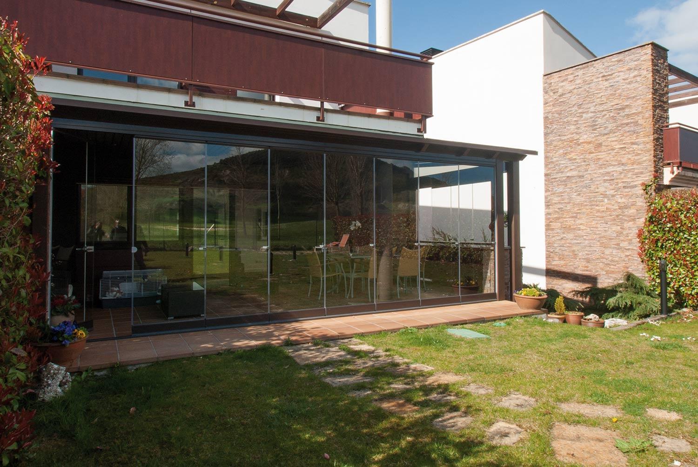 Porche de madera y aluminio con cortinas de cristal lumon - Porches de madera y cristal ...