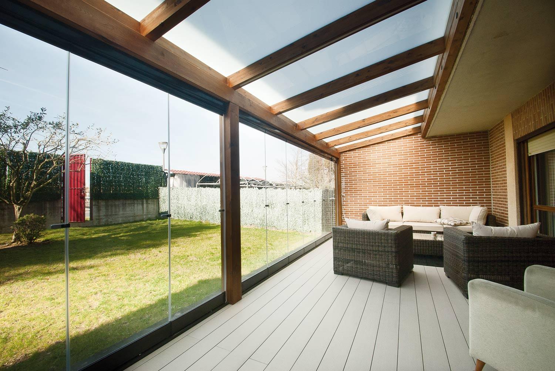 Porche de madera y cristal con tarima de exterior