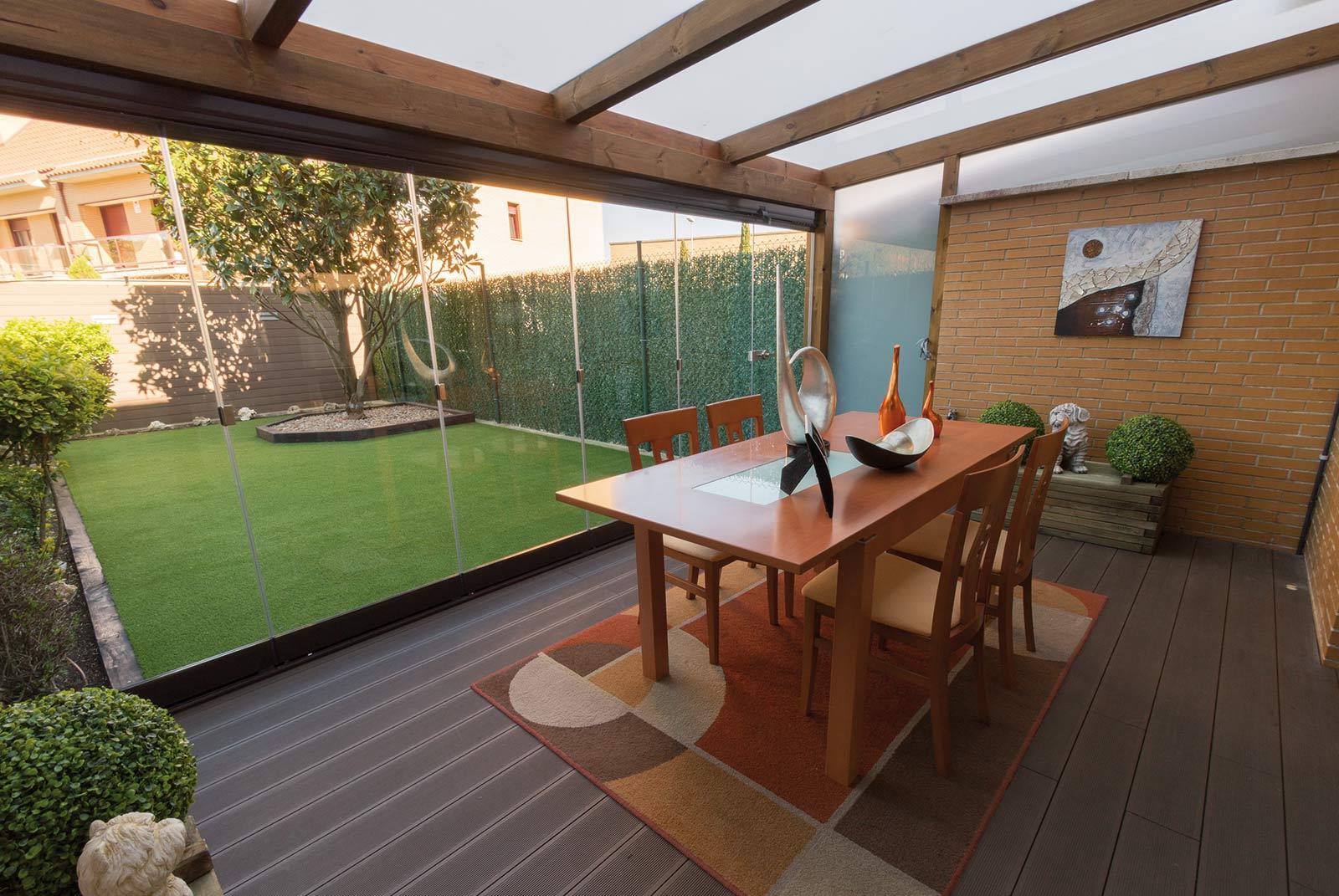 porche-madera-cristal-jardin-unifamiliar-1