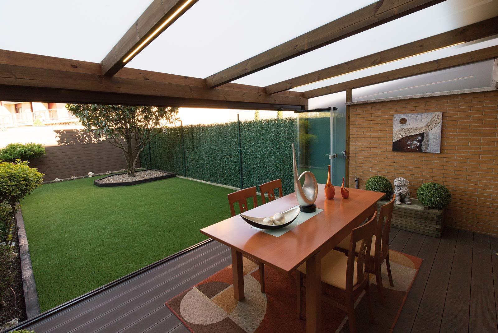 porche-madera-cristal-jardin-unifamiliar-11