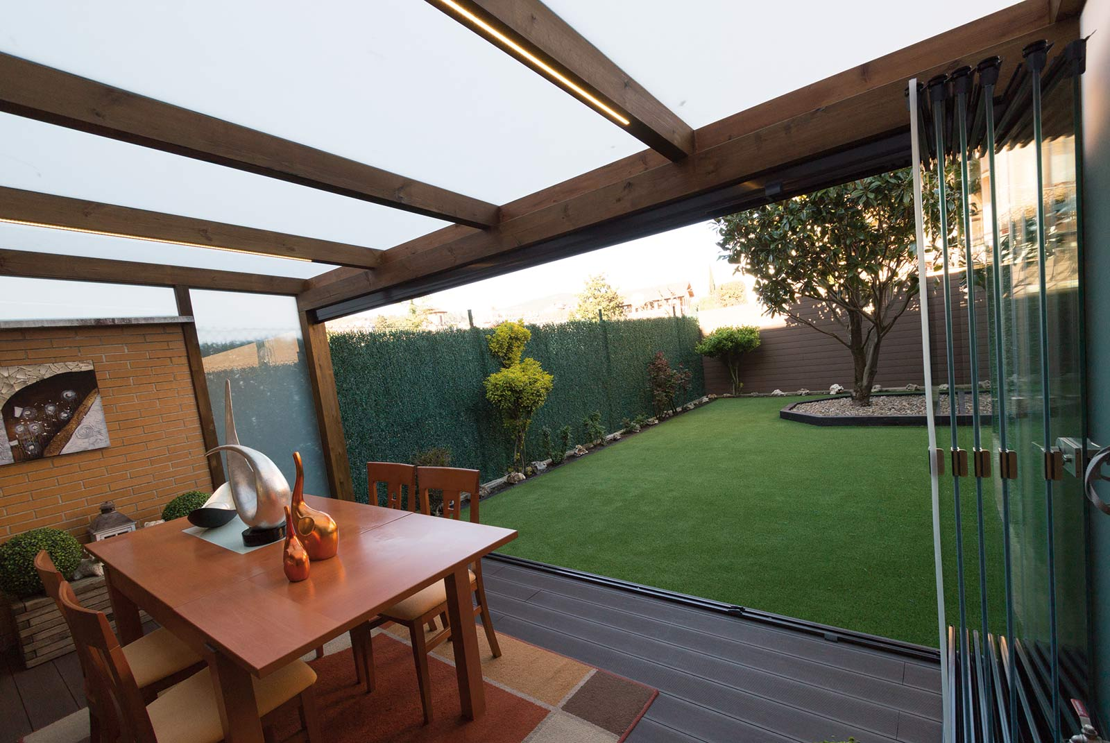 porche-madera-cristal-jardin-unifamiliar-12