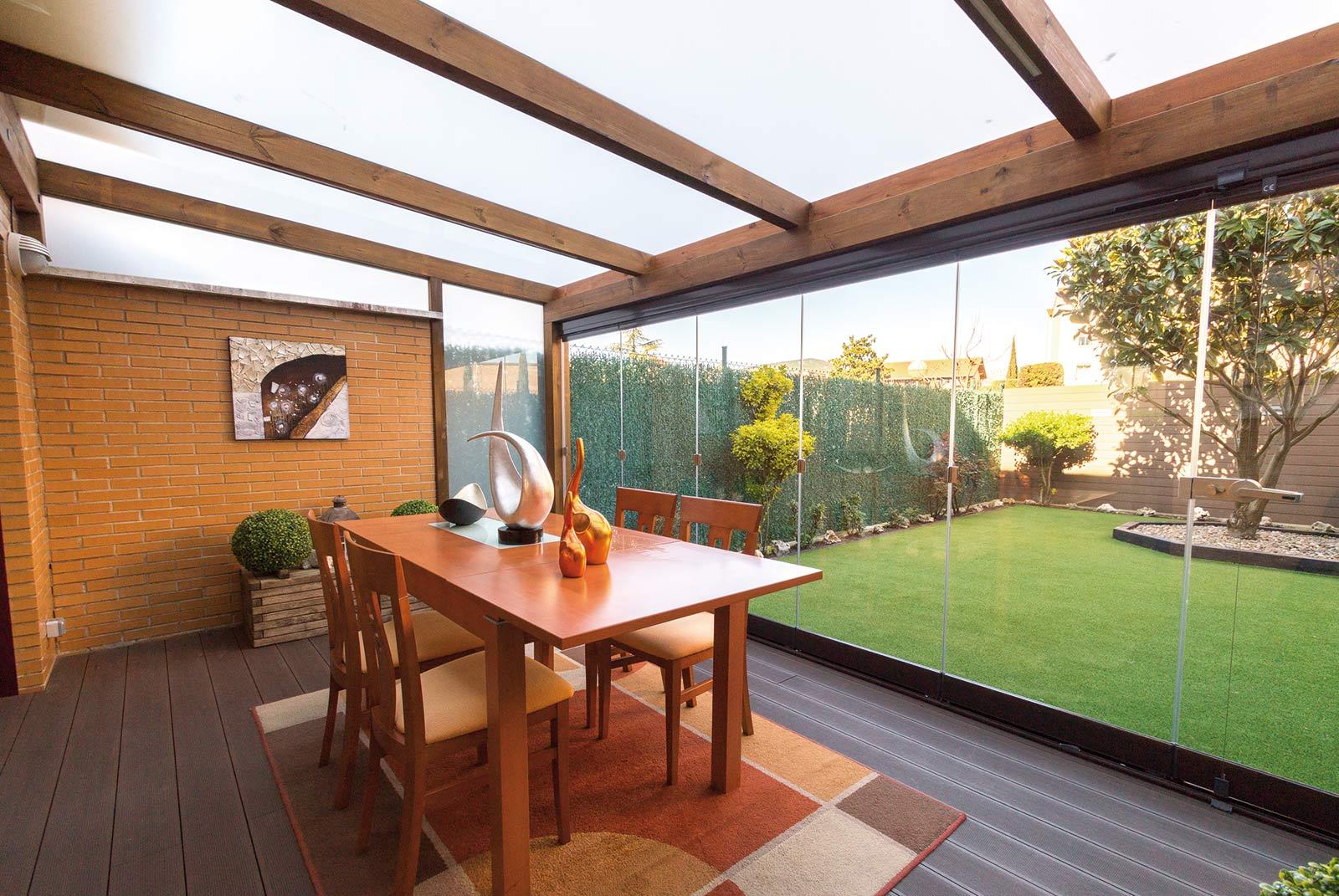 porche-madera-cristal-jardin-unifamiliar-2
