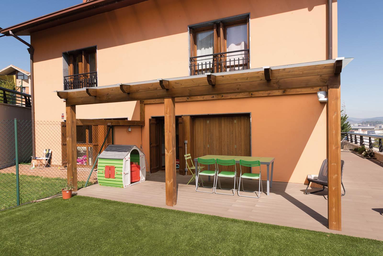 Jardín de bajo mantenimiento con porche de madera