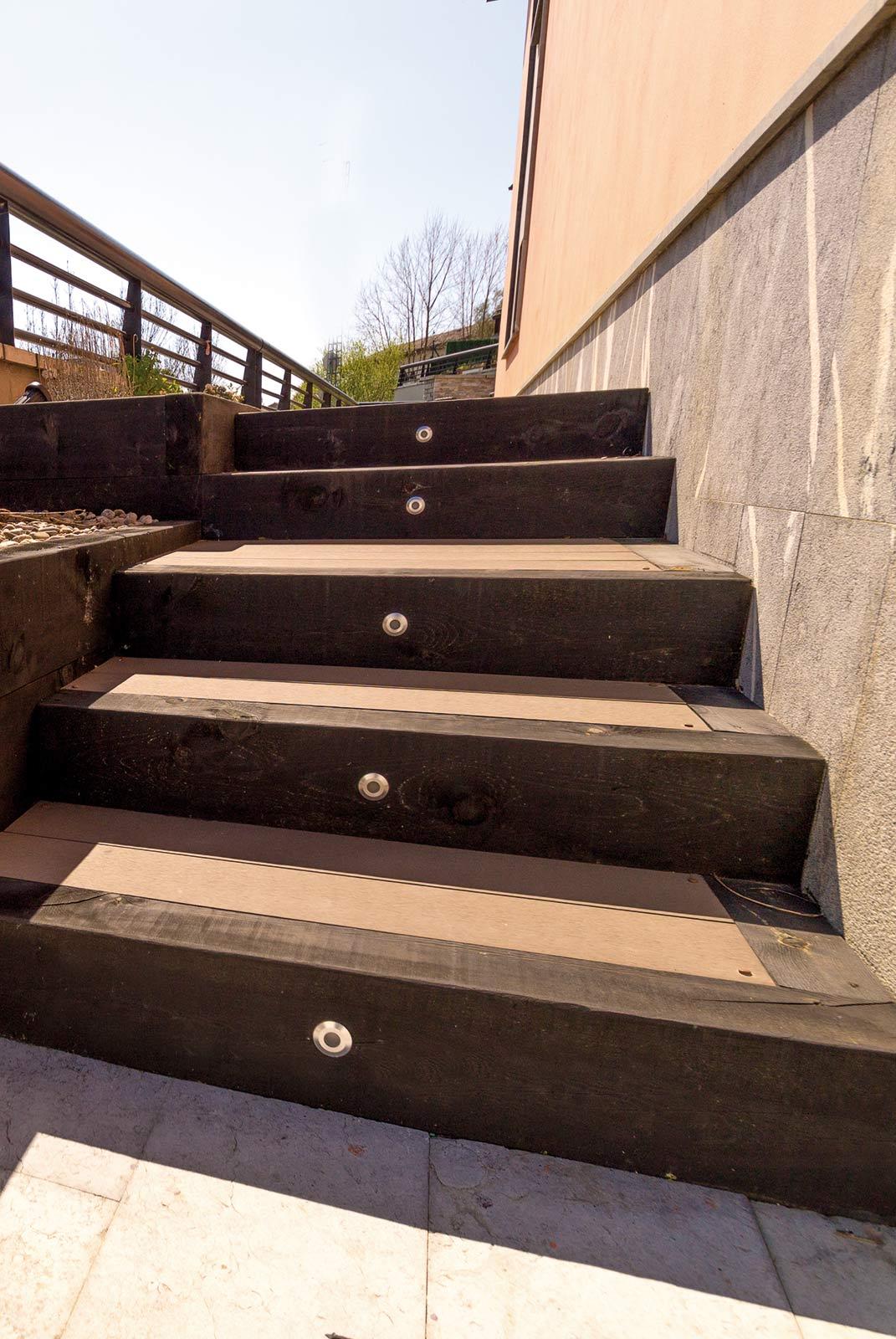 Escalera con traviesas de madera y tarima de exterior