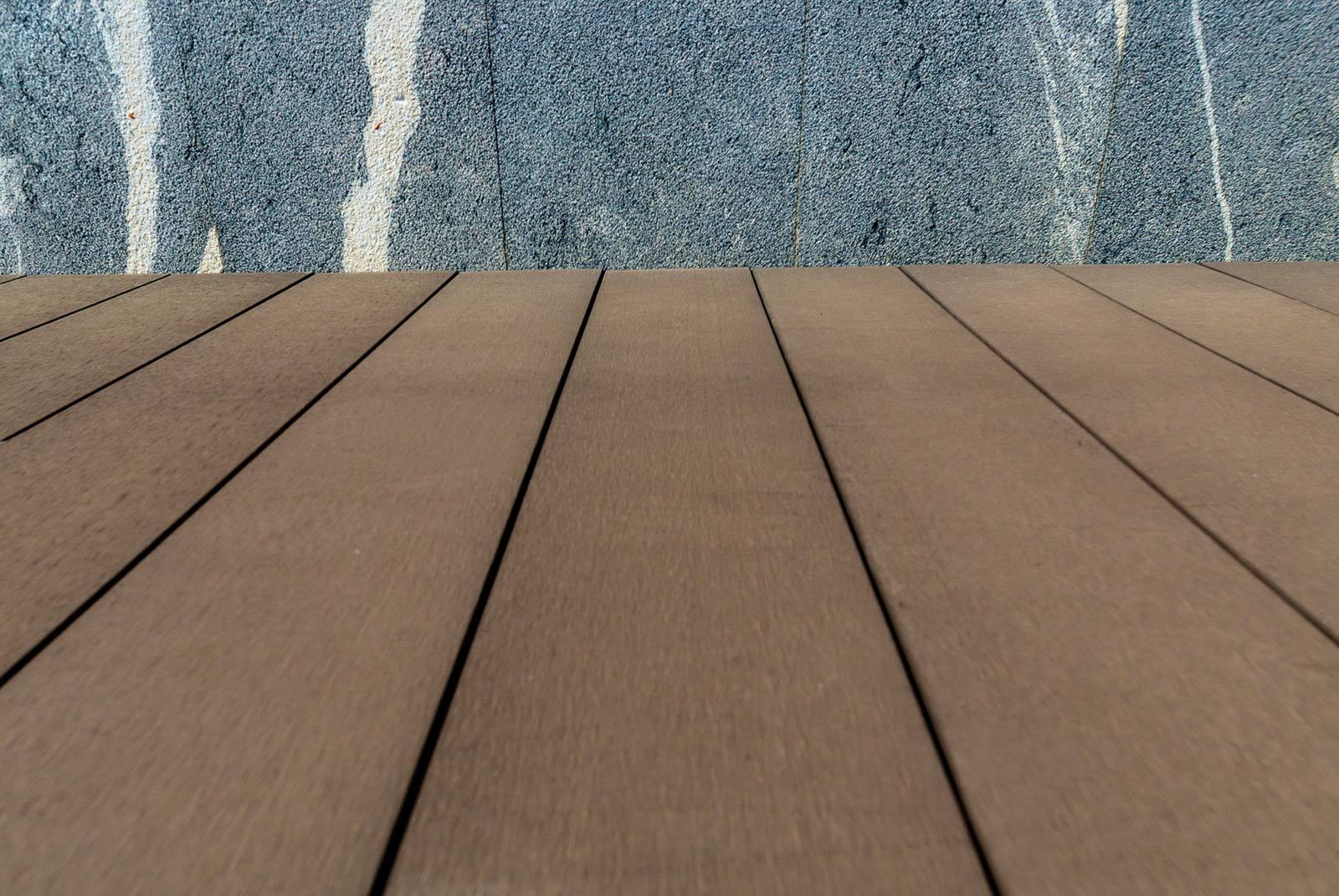 Tarima de exterior tecnológica de color marrón