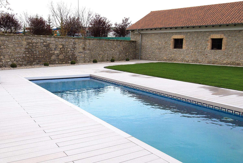 Piscina con tarima exterior y dise o de jard n proyectos for Diseno de jardines modernos con piscina
