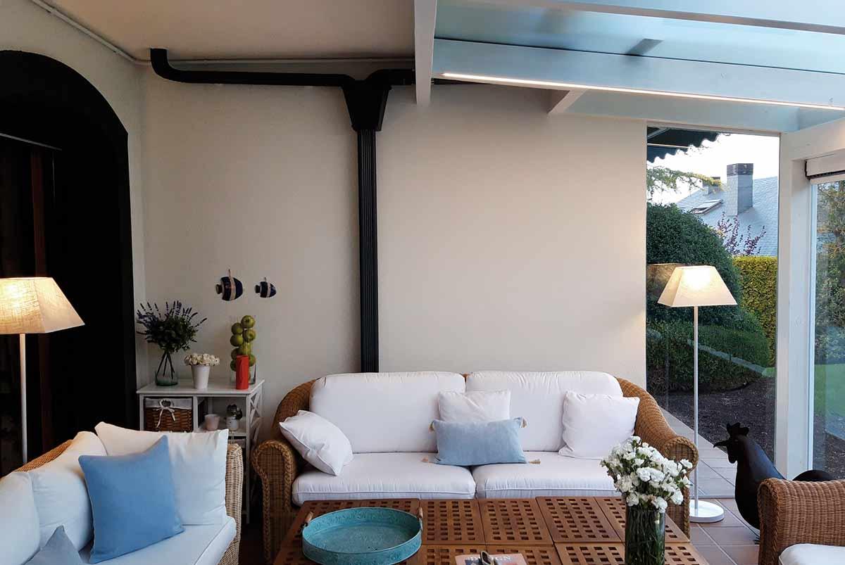 porche con techo de cristal y cortinas de cristal