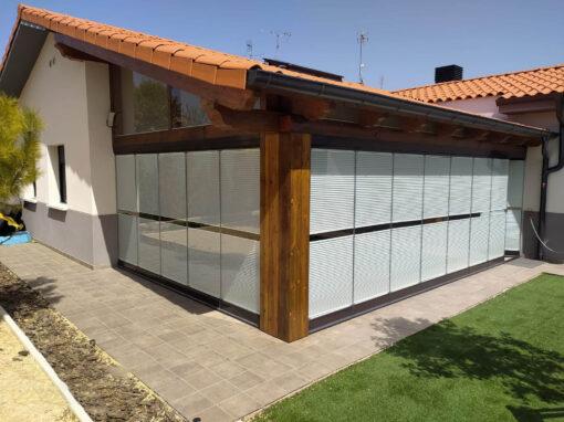 Cubierta de porche con cortinas de cristal en Igeldo