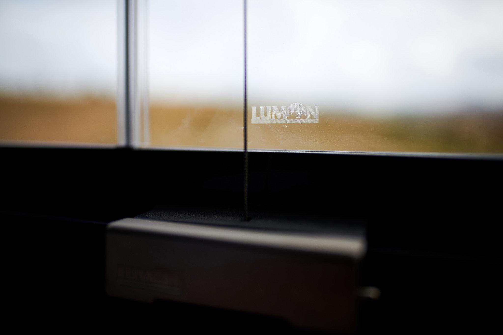 Detalle maneta cerradura cortina cristal lumon